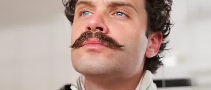 Hipster överväger att raka mustasch