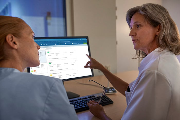Download image (.jpg) Physicians discuss patient treatment options (opens in a new window)